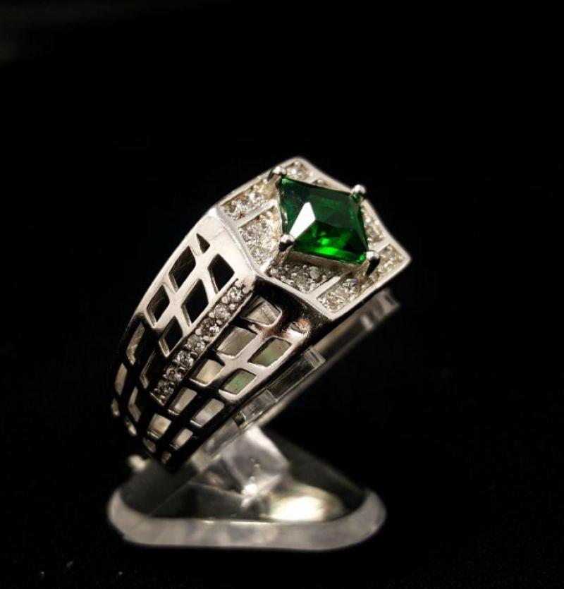 انگشتر جواهری زمردی